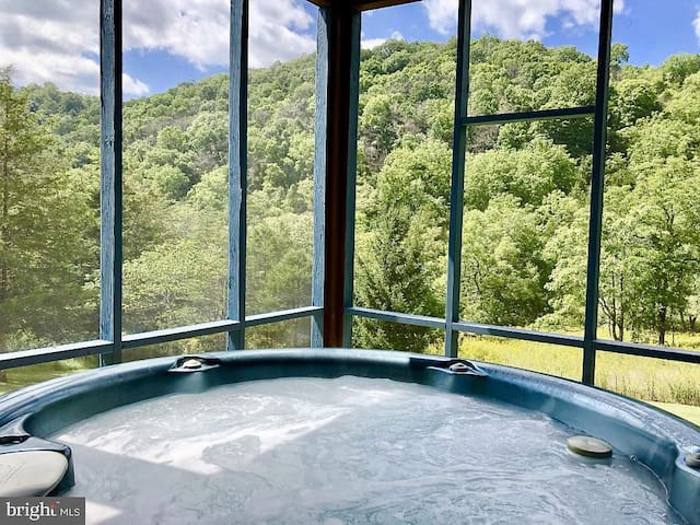 2 hours from DC!  Modern cabin in Lost River, WV