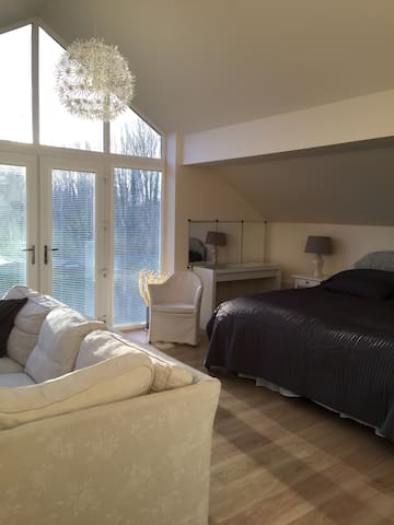 Modern Large Bedroom/en suite. - Peterborough