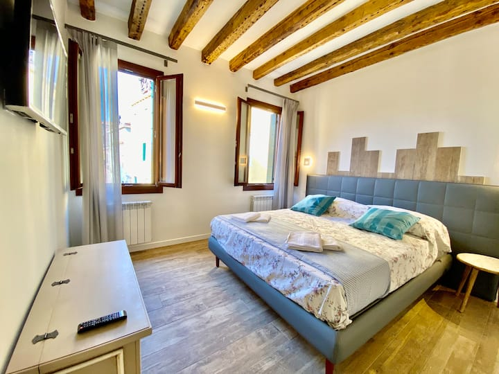 SuiteHouse 5 new apartment wi fi Venice canal view