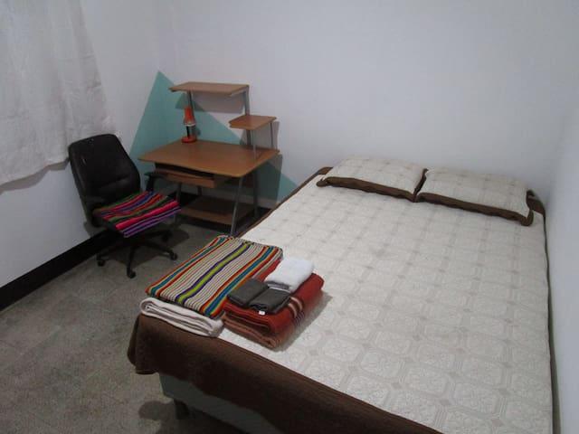 Espaciosa habitación con cama queen y baño privado