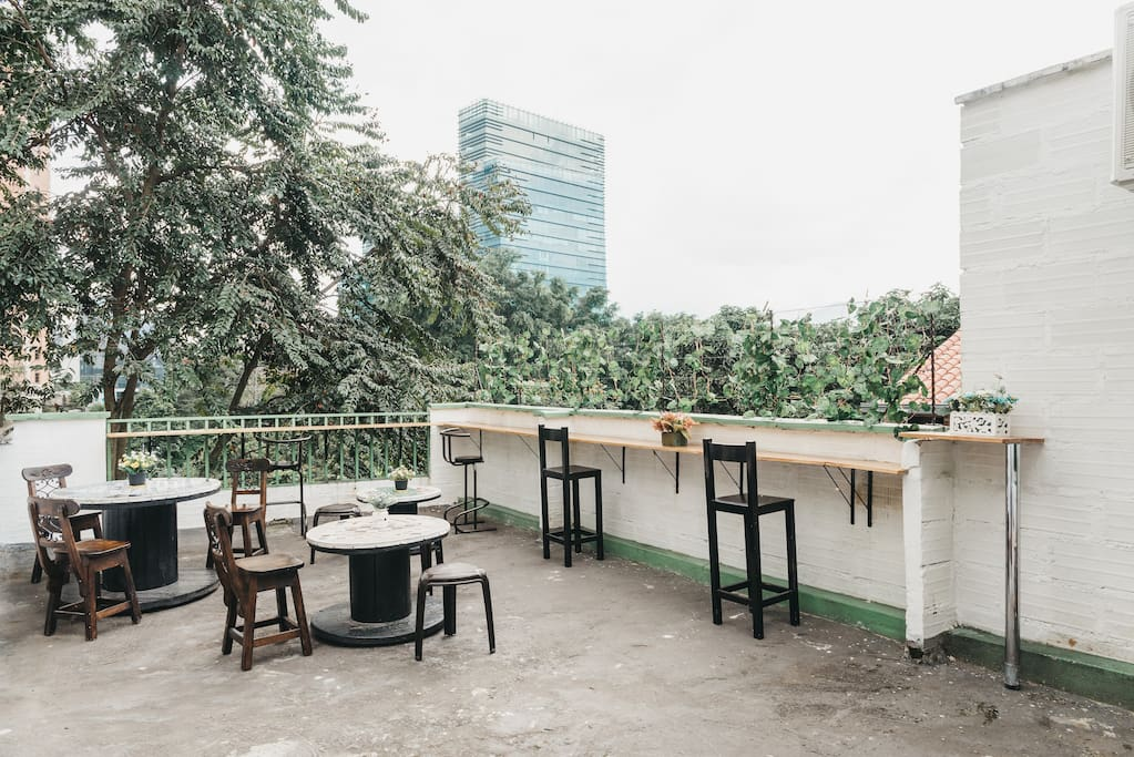 Spectacular terrace and nature view! Great private bedroom, premium location, right at the heart of El Poblado, the bast and safest neighborhood in Medellin!