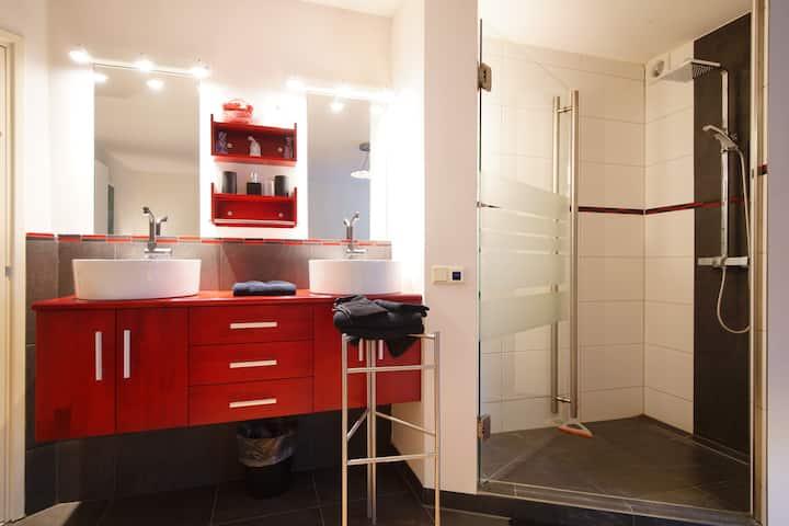 B&B met 3 aparte kamers met badkamer en toilet.