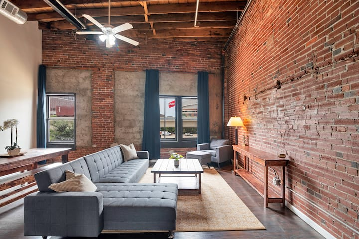 Cozy Loft | Steps from the Arch!