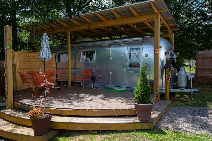 Retro-Kitsch '74 Airstream Time Capsule