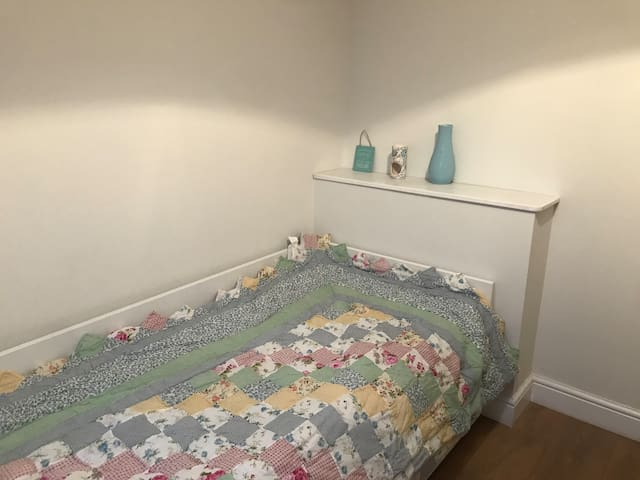 Cosy single bedroom in excellent location