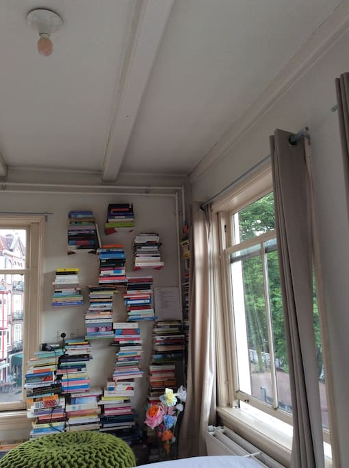 Enough inspiring books on the wallshelves if you just want to relax and enjoy the view over the canal and the scenery of Maritime Museum.
