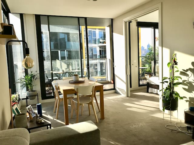 Modern apartment in South Yarra (free parking)