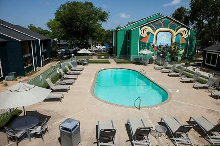1/1 spacious space & close to Austin attractions