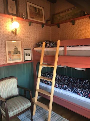 Gästrummets våningssäng. Rummet inspirerat av Dalarna och Carl Larssons hem Lilla Hyttnäs.