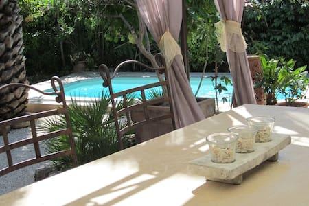 Chambre /vue piscine/au calme - Solliès-Pont - บ้าน