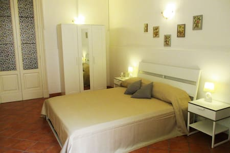 """""""Pomelia"""" camera quadrupla con divano letto matr. - San Gregorio di Catania - Bed & Breakfast"""