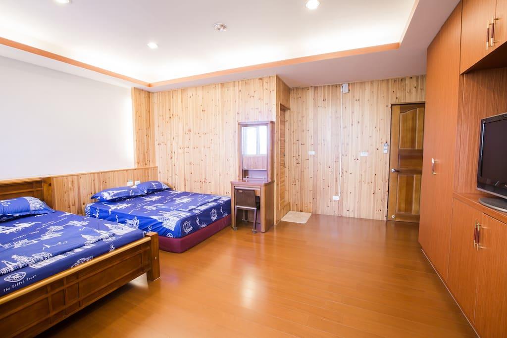 位於三樓的302溫馨四人房.周六與連續假日才3200元.平日更便宜.只要2400元喔!快來度假吧~