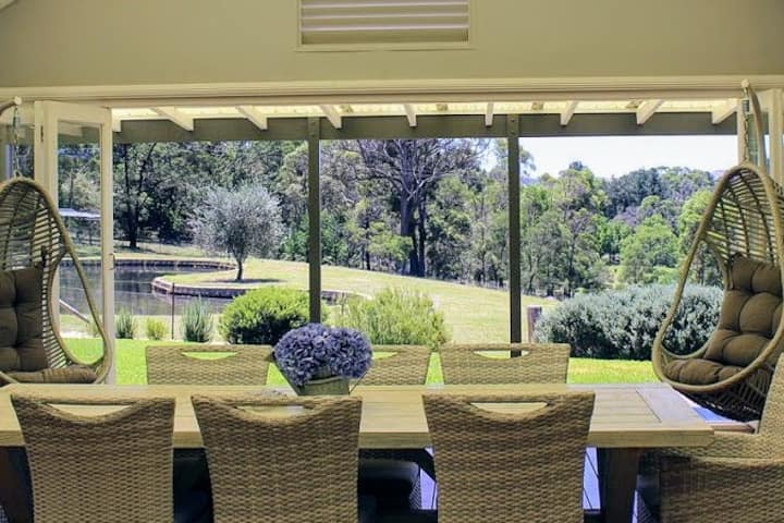 Hamptons-style Luxury & Privacy (10km to Bowral)