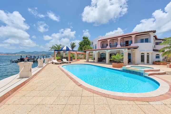 Cielos Azules*-Waterfront Villa near Mullet Bay !