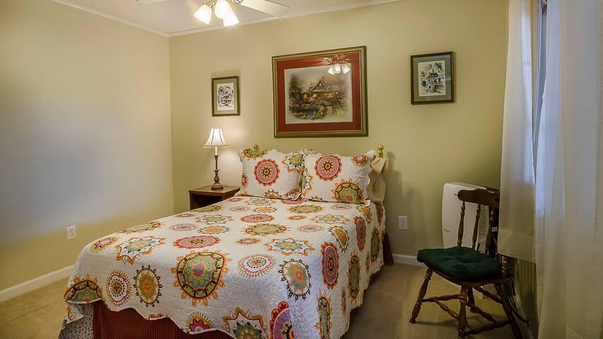 Lower bedroom (full bed).