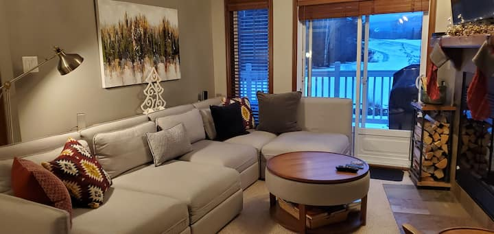 1 Br Condo/king bed/wifi/parking/fireplace & wood