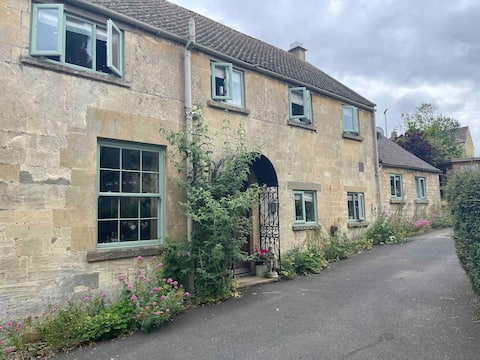 Cozy Traditional Cotswold Cottage