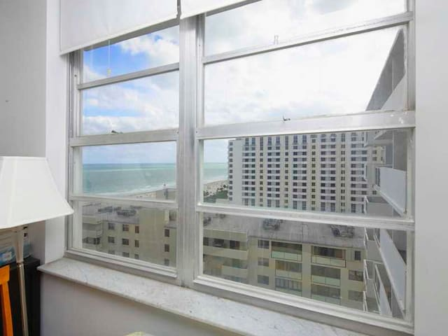 Oceanfront one bedroom | Huge Pool | Best Location - Miami Beach - Apartment