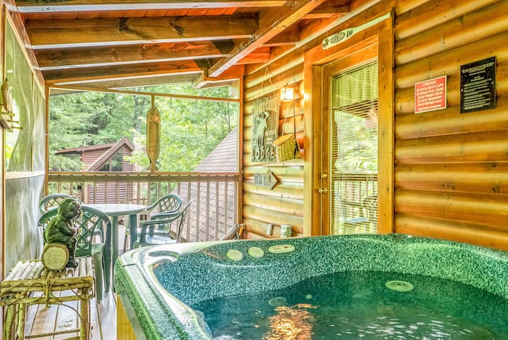 Pigeon Forge, Super Easy Drive W/ Grill & Hottub!!