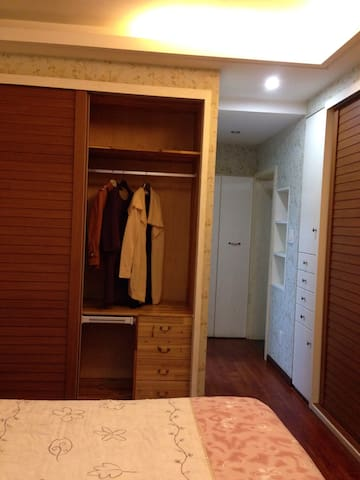 衣柜储藏空间大Wardrobe storage space