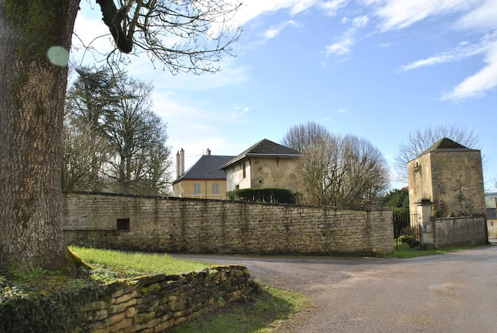 Onze buren, het kasteel van Cessey