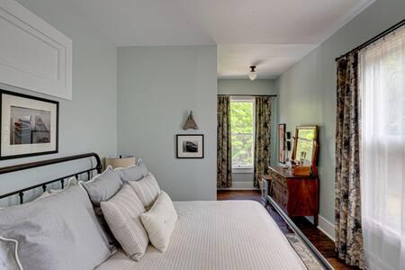 Queen Bed Historic Birch Lodge