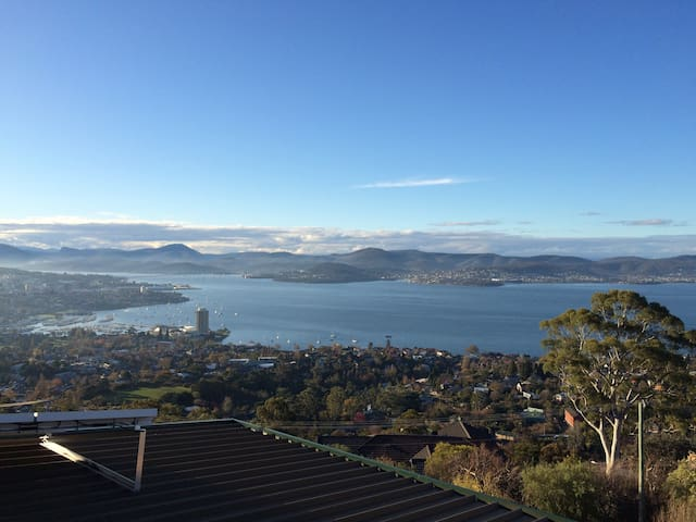 Top of Hobart Breathtaking Views and Privacy. - Sandy Bay - Flat