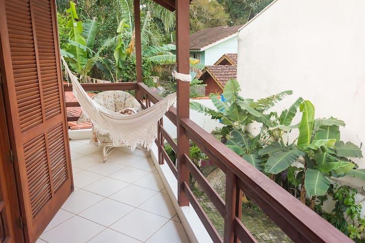 Ampla suíte em casa de família no bairro Cacupé