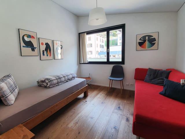 Zimmer 2 mit Bett und ausziehbarem Bettsofa