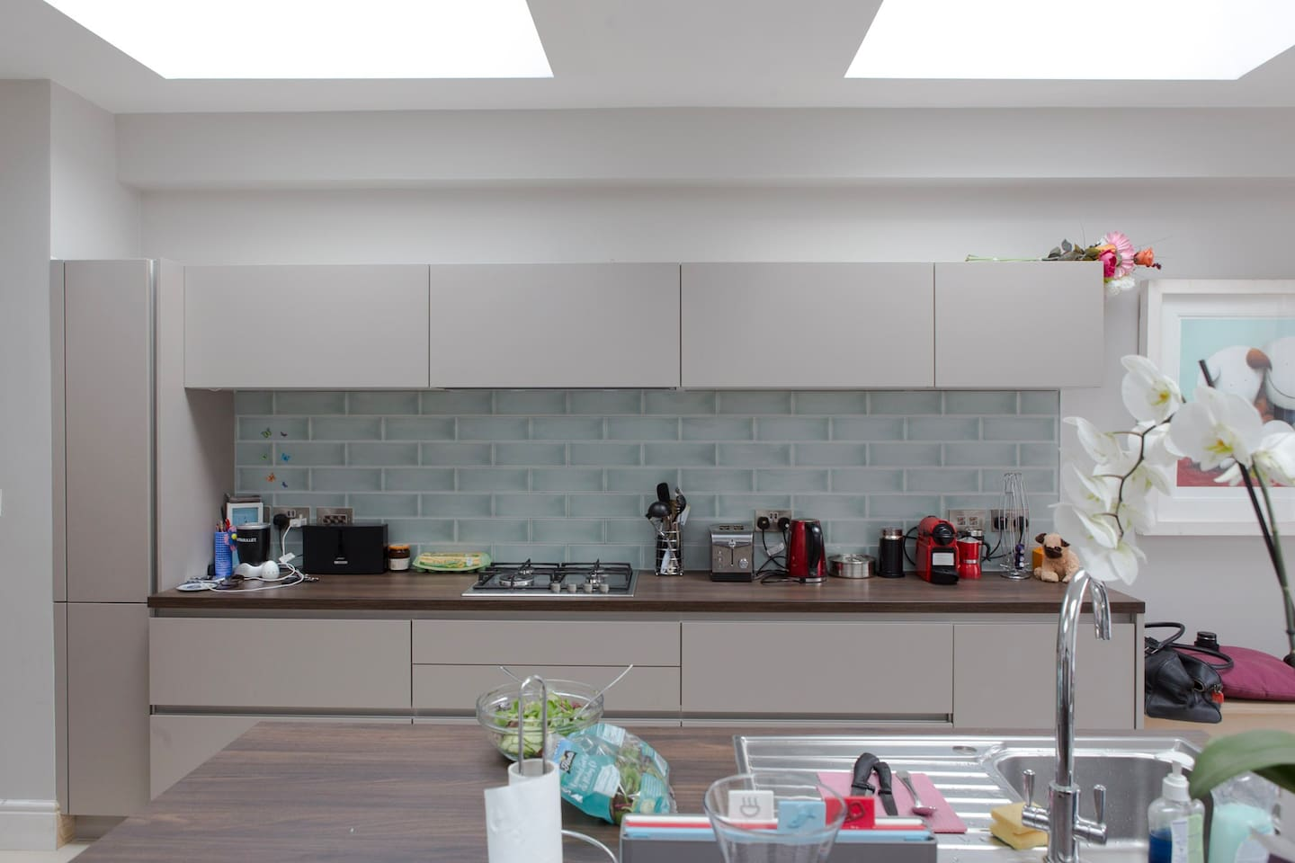 Beautiful large modern kitchen can be used by all guests.