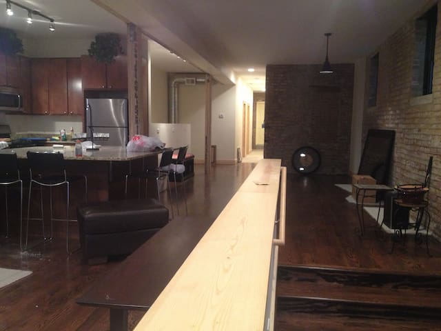 Updated 3 Bedroom Lakeview Loft Condo - Chicago