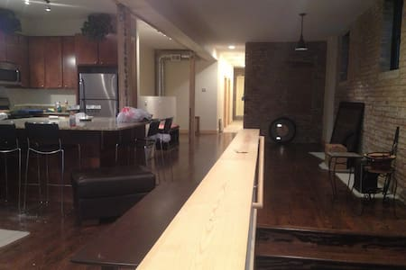 Updated 3 Bedroom Lakeview Loft Condo - Chicago - Apartment