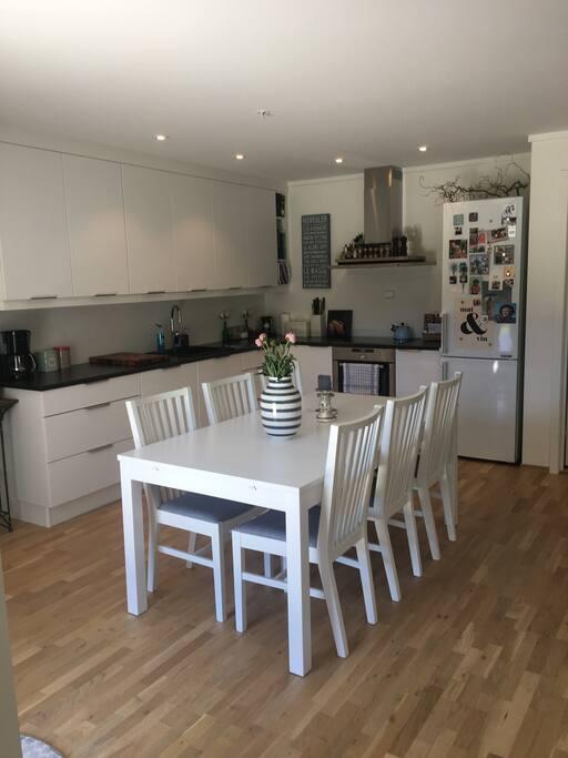 Kjøkken med oppvaskmaskin, komfyr, ovn og micro. Kjøleskap med frys
