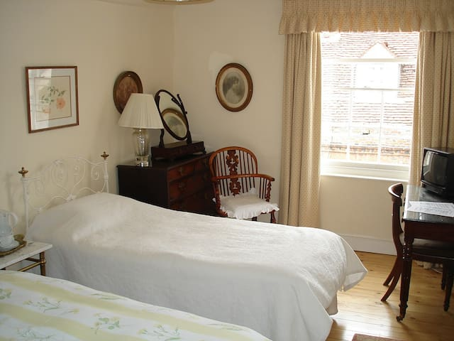 Central  Historic House Twin Room shared bathroom