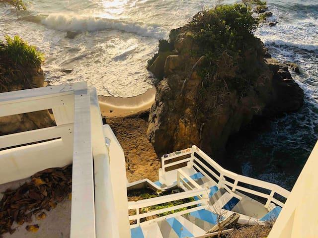 Nuestra hermosa escalera hacia el mar!