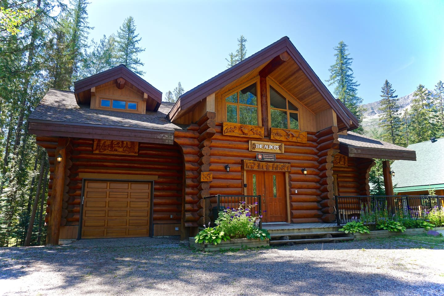 Luxury on the Hill. Hot Tub, Pool Table, Steam Room and BBQ. 5 Minute walk to the hill and ski back to your door.