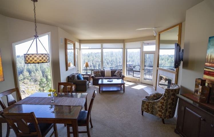 Panoramic Stunning River Views, Mt. Bachelor Village Resort, Sleeps 6, Private Hot Tub, Swimming Pool, Air Conditioning, Fireplace, WiFi