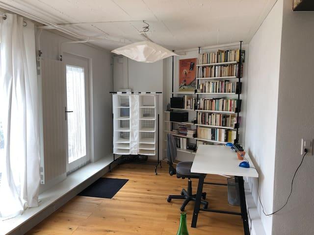 L'entrée et le coin bureau