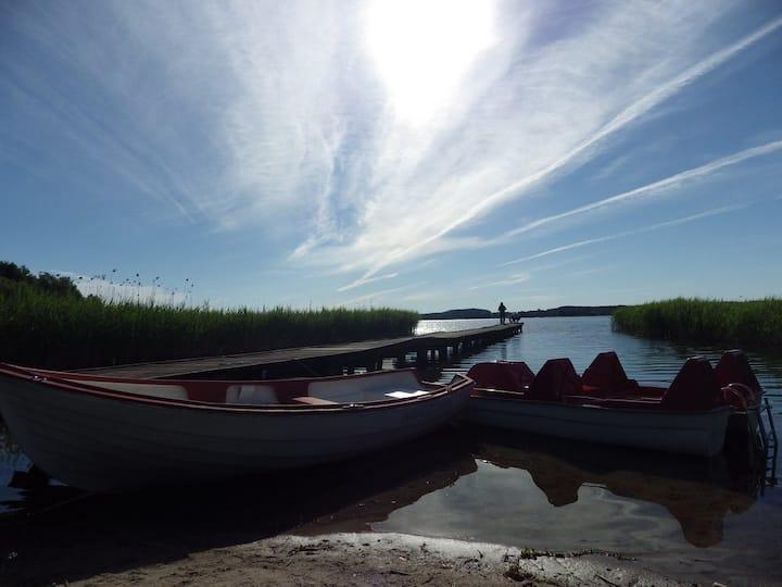 Domek holenderski nad jeziorem