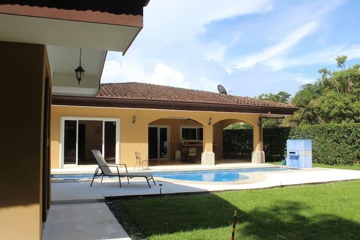 Casa completa con piscina privada, 3 cuartos