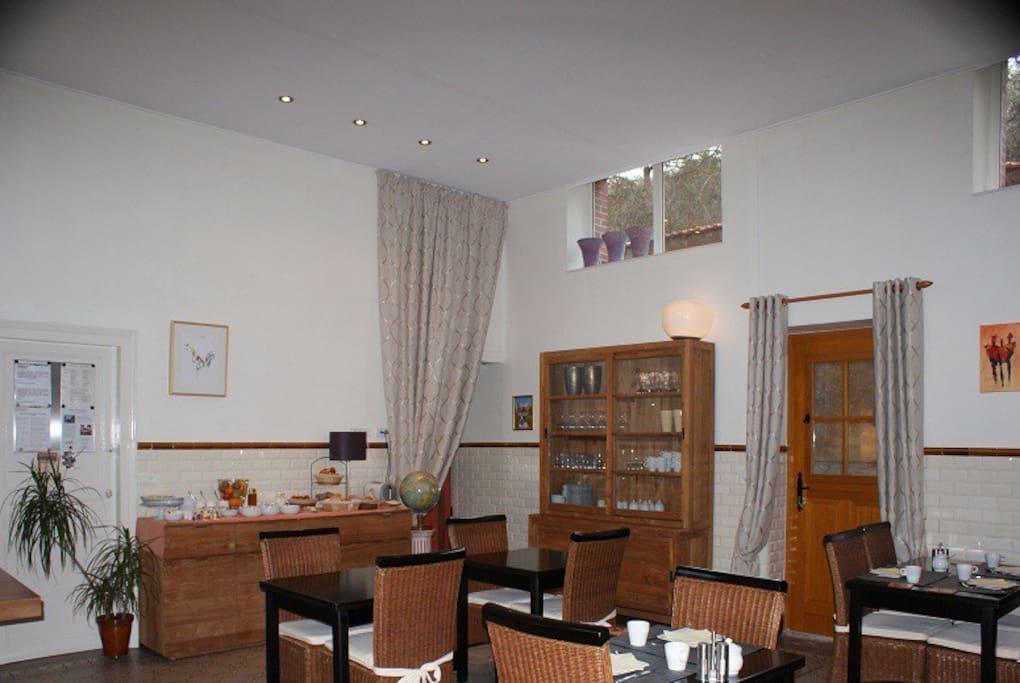 Salle du petit-déjeuner / séjour pour les hôtes
