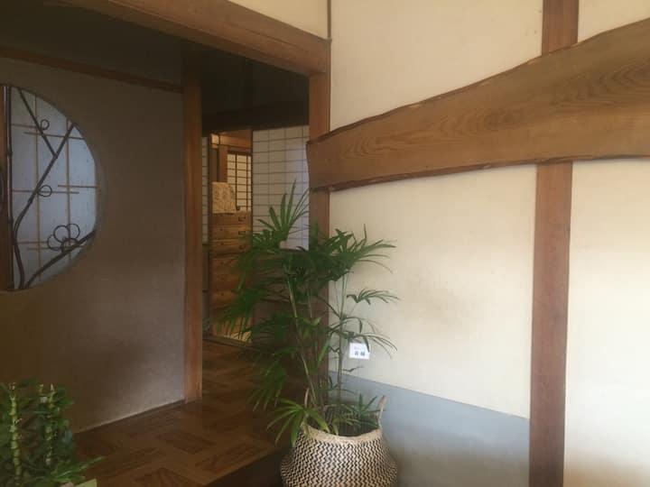 古民家を改装したカフェを併設しており、二組限定の安心して泊まれる宿 ルームA