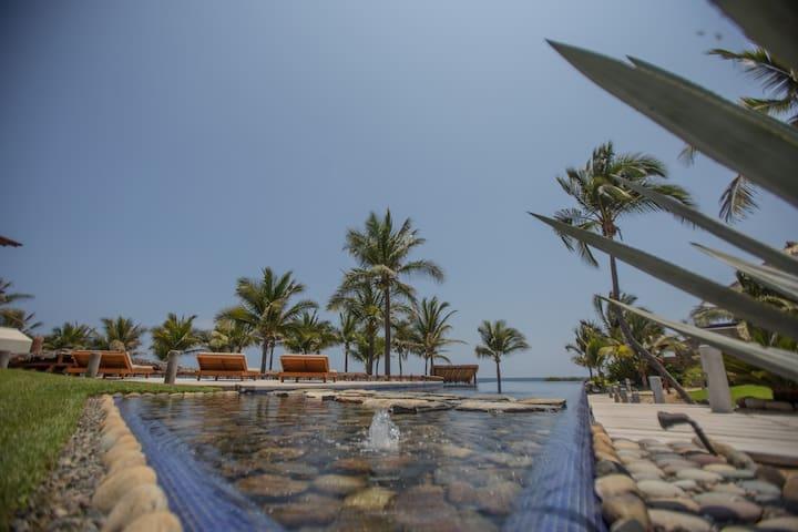 """Casa Azul en Las Palmas """"Beach Front"""" - Zihuatanejo"""