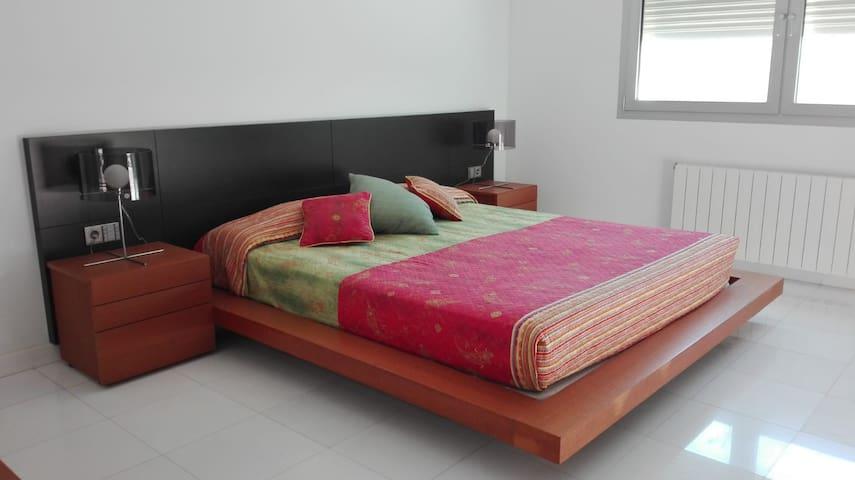 Dormitorio principal con cama King size (1,80 x 2,00). Terraza, vestidor y cuarto de baño.