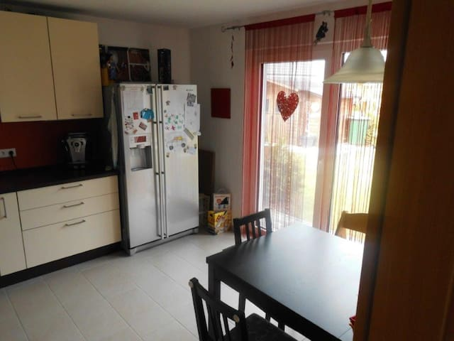 Küche mit Side-by-Side-Kühlschrank
