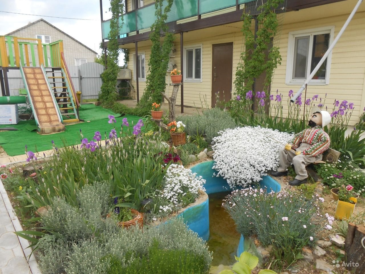 Уютный дворик, детская полощадка, в пруду плещутся карасики