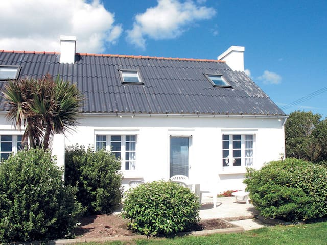 Semi-detached house for 6 persons in Plozevet