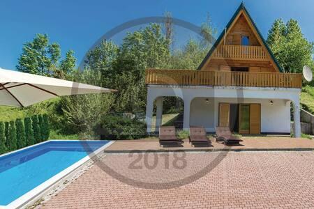 House with Pool and Sauna, Crni lug