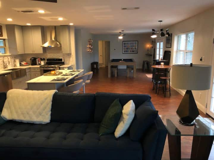 4 BR Spa/Pool Table/Firepit- Centrally Located
