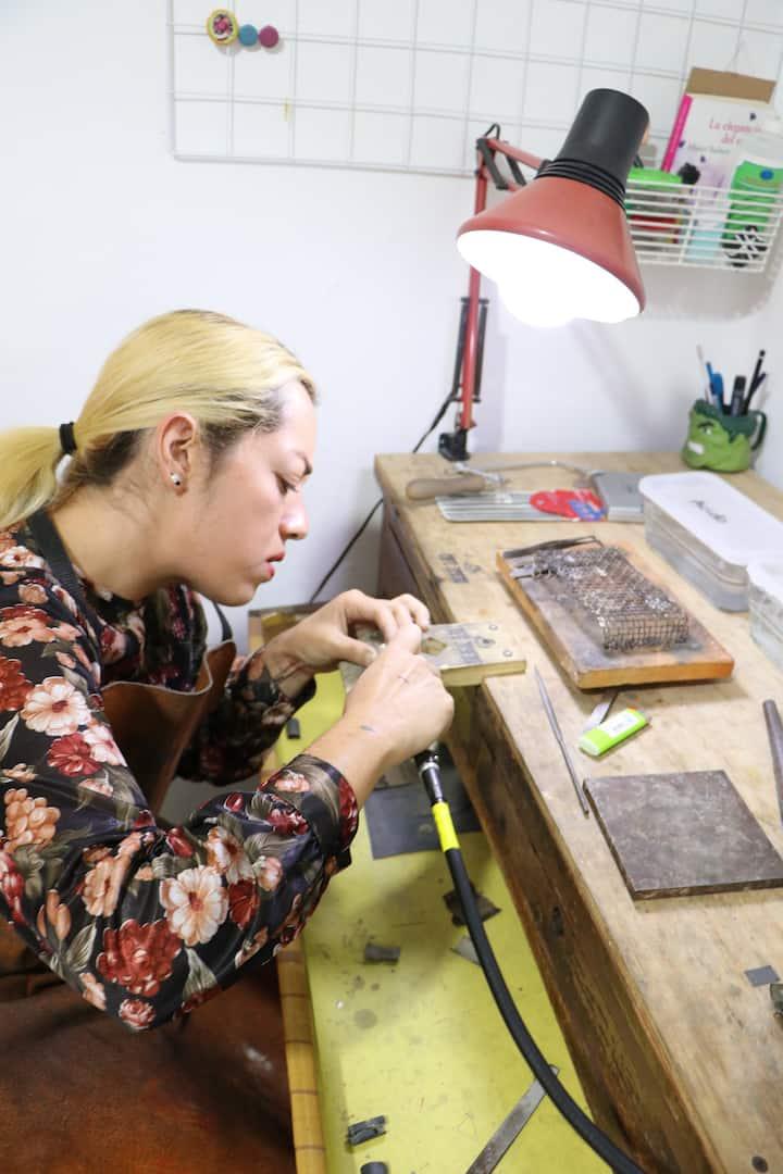 Re limando y lijando anillos de plata.